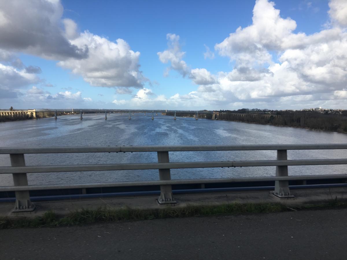 Über die Loire, mit Hochwasser